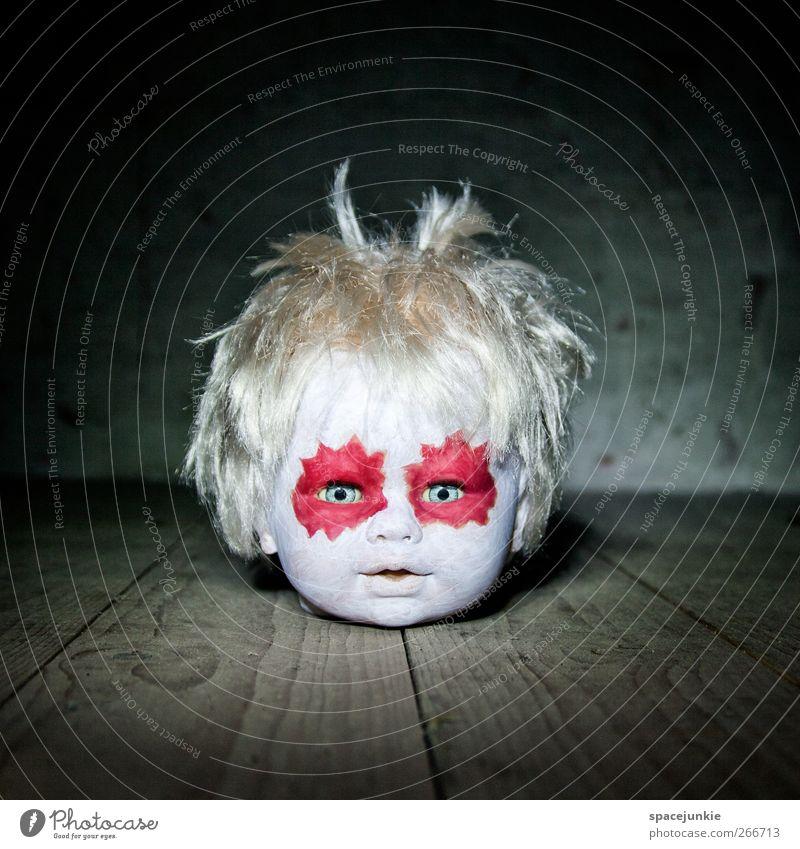 dark side weiß rot Kopf Angst außergewöhnlich gefährlich bedrohlich beobachten Spielzeug gruselig skurril Schminke Puppe Holzfußboden hässlich Horrorfilm