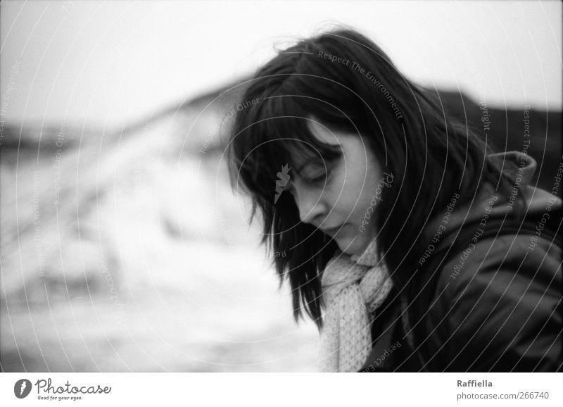 Entdeckungsreise Mensch Jugendliche Erwachsene feminin Sand Haare & Frisuren Erde Felsen Feld Junge Frau 18-30 Jahre trist beobachten Hügel Jacke brünett