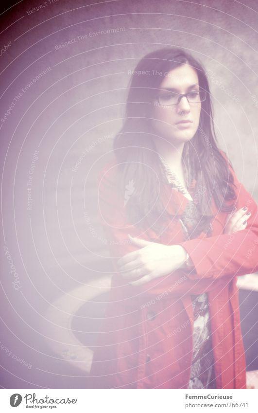Contemplating. Mensch Frau Jugendliche rot Einsamkeit ruhig Erwachsene Erholung feminin Traurigkeit Denken träumen Kraft Arme Junge Frau 18-30 Jahre