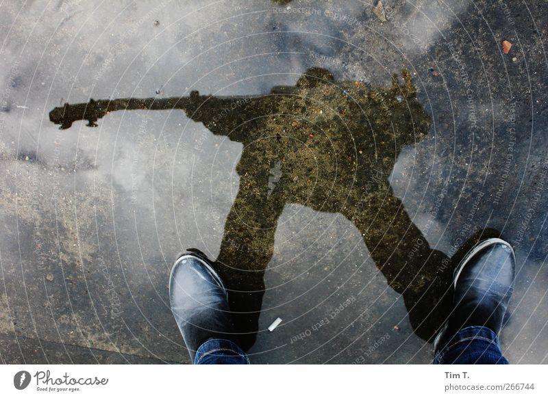 Ohne Titel Mensch Jugendliche Erwachsene feminin Musik Fuß Stimmung 18-30 Jahre Mobilität Gitarre Pfütze Künstler Musiker Spiegelbild Rockabilly Kontrabass