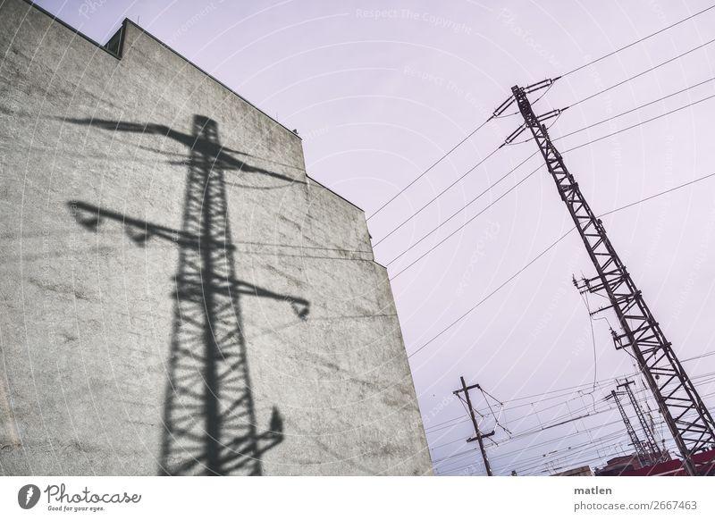 Licht und Schatten Energiewirtschaft Stadt Altstadt Menschenleer Haus Schienenverkehr Eisenbahn braun grau rosa schwarz Strommast Brandmauer Himmel
