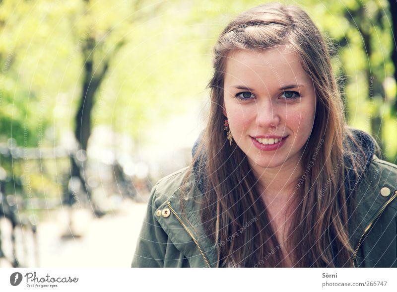 Grün. Natur Jugendliche grün schön Farbe feminin Frühling Haare & Frisuren Glück Stil Mode Park blond Zufriedenheit glänzend elegant