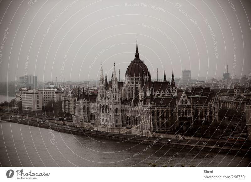 Országház Stil Architektur Kultur schlechtes Wetter Unwetter Nebel Flussufer Donau Budapest Ungarn Europa Stadt Hauptstadt Menschenleer Rathaus Turm Bauwerk