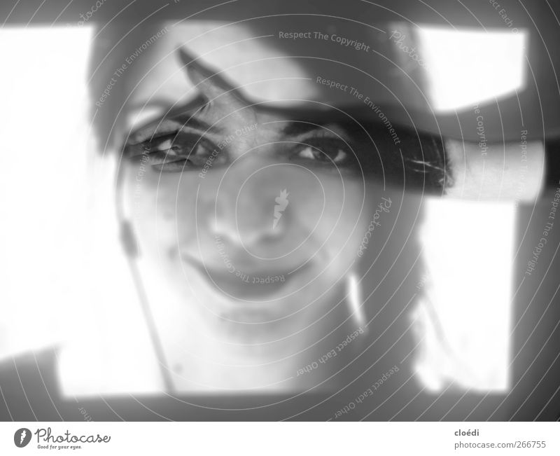 blickecht Mensch feminin Junge Frau Jugendliche 1 18-30 Jahre Erwachsene beobachten festhalten Lächeln Fröhlichkeit Zufriedenheit Lebensfreude Schwarzweißfoto
