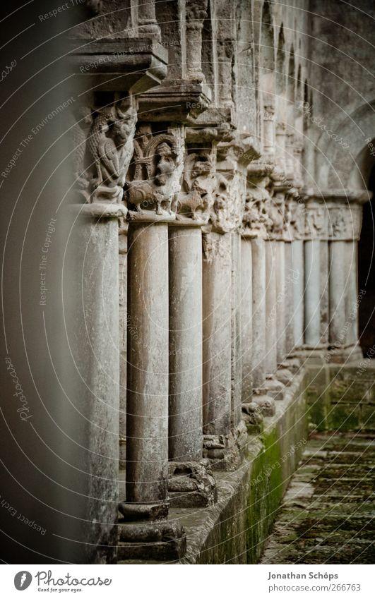 Säulengang Spanien grau heilig Gebäude Architektur Kolonnaden Moos ornamental Stein Kloster Kathedrale Bauwerk fluchtend alt verfallen Gemäuer ruhig