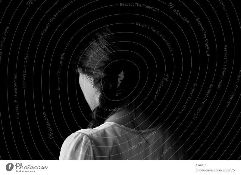Zöpfchen maskulin Junge Frau Jugendliche 1 Mensch 18-30 Jahre Erwachsene Hemd Haare & Frisuren Zopf dunkel schwarz geheimnisvoll anonym Schwarzweißfoto