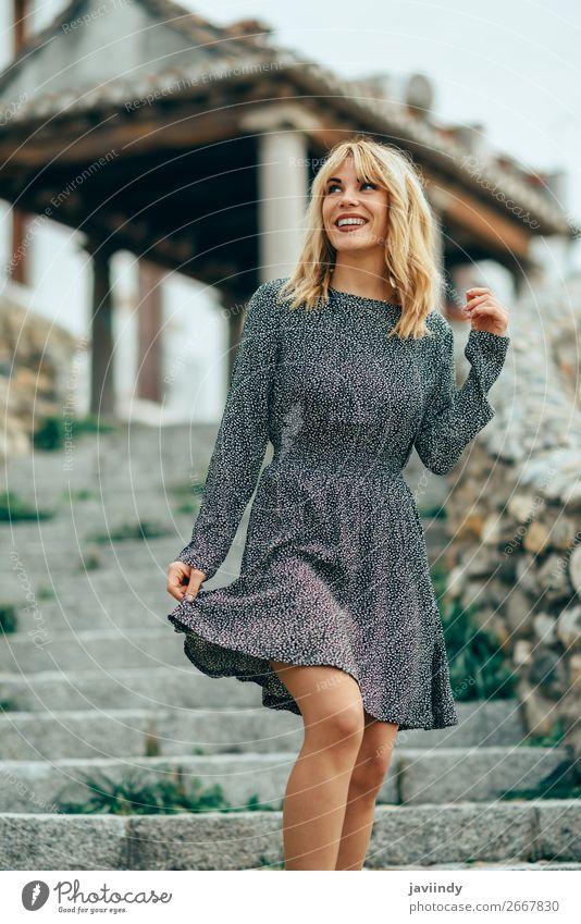 Lächelndes blondes Mädchen in einem Kleid, das im Freien tanzt. Lifestyle Stil Freude Glück schön Haare & Frisuren Mensch feminin Frau Erwachsene Jugendliche 1