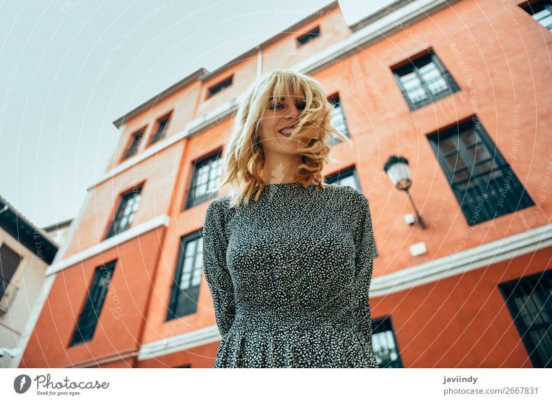 Glückliche junge Frau mit beweglichen Haaren im urbanen Hintergrund. Lifestyle elegant Stil schön Haare & Frisuren Sommer Mensch feminin Erwachsene Jugendliche