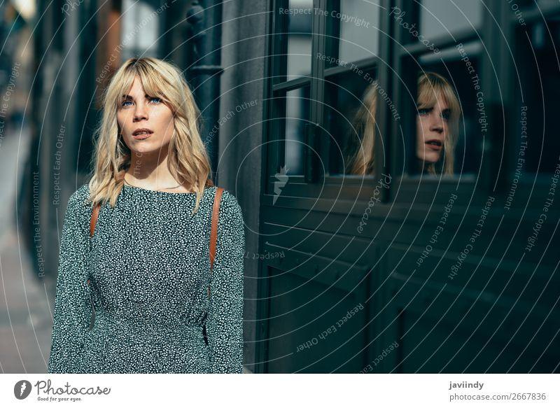 Schönes Mädchen mit blauen Augen, das ein Kleid trägt, das im Freien steht. Lifestyle Stil Freude Glück schön Haare & Frisuren Mensch feminin Junge Frau