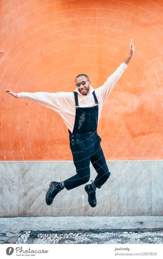 Junger schwarzer Mann in Freizeitkleidung, der im Freien springt. Lifestyle Freude Glück schön Mensch maskulin Junger Mann Jugendliche Erwachsene 1 18-30 Jahre