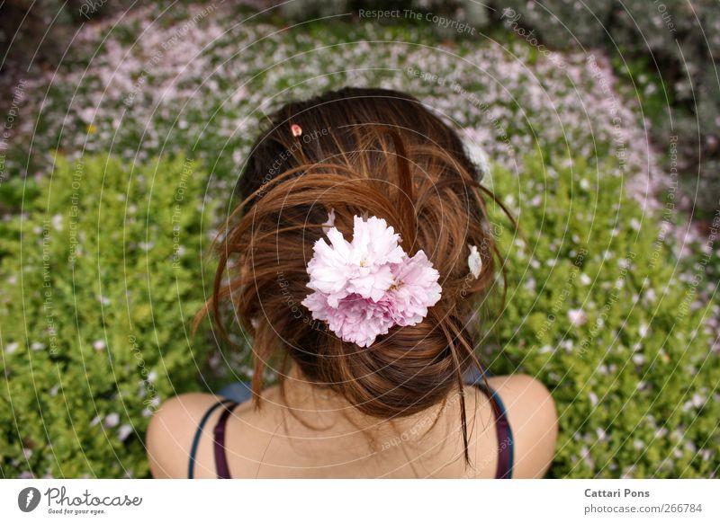 Spring Days Freude Haare & Frisuren Garten feminin Junge Frau Jugendliche Erwachsene 1 Mensch Pflanze Blume Gras Sträucher Blatt Blüte Accessoire brünett Zopf