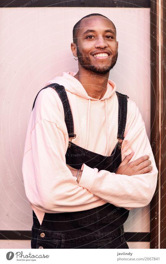 Attraktiver afrikanischer Typ mit Trägerhose im Freien Lifestyle Glück schön Mensch maskulin Junger Mann Jugendliche Erwachsene 1 18-30 Jahre Straße Mode