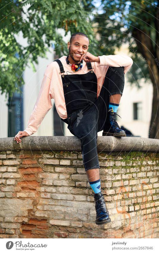 Mensch Jugendliche Mann schön Junger Mann schwarz 18-30 Jahre Straße Lifestyle Erwachsene Glück Mode maskulin modern Lächeln sitzen