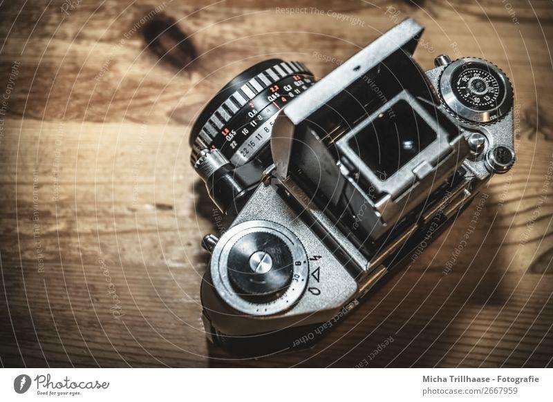 Analoge Fotokamera alt rot schwarz Holz braun Design retro Technik & Technologie Perspektive Fotografie nah eckig analog Nostalgie silber