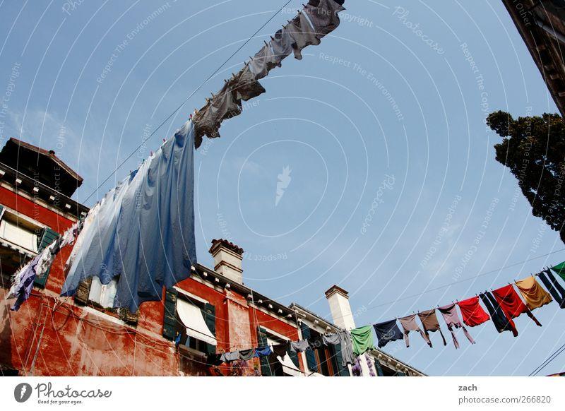 Waschtag Stadt Baum rot Haus Fenster Wand Garten Mauer Fassade Häusliches Leben T-Shirt Sauberkeit Kleid Italien Bettwäsche Hemd