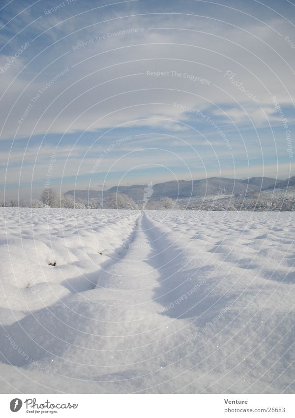 Schneeflucht Himmel Winter Wolken Einsamkeit Ferne kalt Berge u. Gebirge Luft Eis Feld Perspektive Spuren Hügel gefroren frieren Dezember