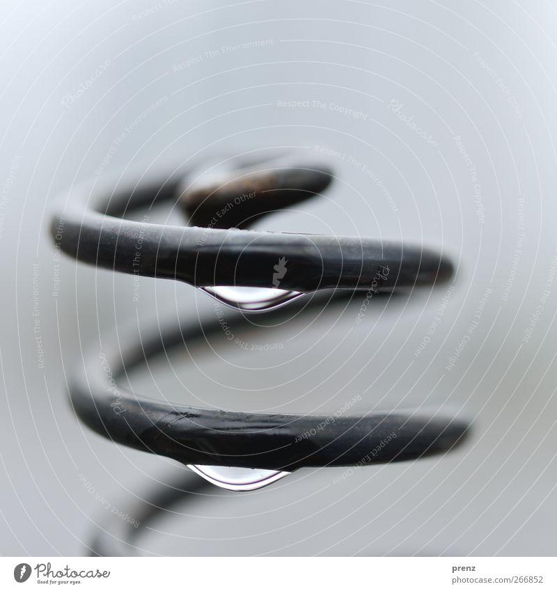 spirale Wasser Wassertropfen Regen Stahl Tropfen grau schwarz Spirale Federwerk Metall Nahaufnahme Makroaufnahme Farbfoto Außenaufnahme Menschenleer