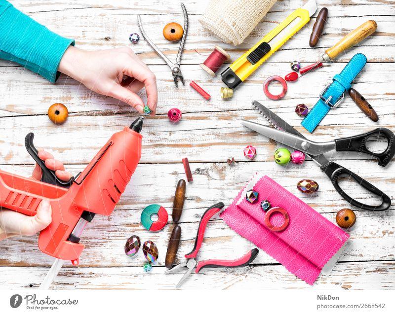 Perlen und Werkzeug für Handarbeit Wulst Leim handgefertigt Handwerk farbenfroh Schmuck Mode Dekoration & Verzierung Design Lötkolben Halskette Kunst Frau schön