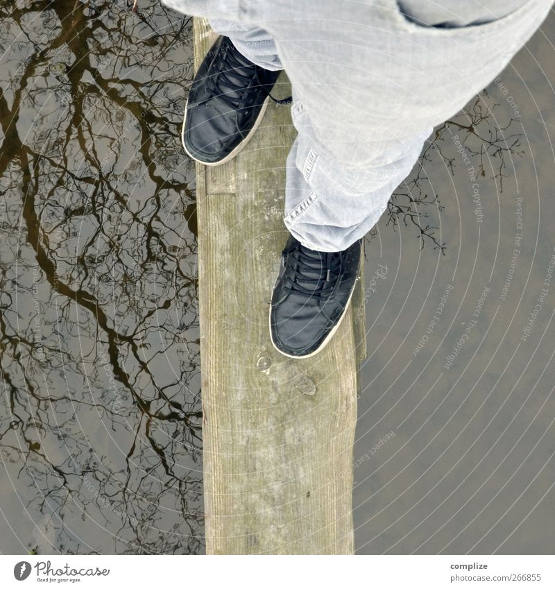 Balance Mann Erwachsene See Beine Fuß Gesundheit Neugier Ast Steg Baumstamm Gleichgewicht Teich Wasseroberfläche Bach Vorsicht Bildausschnitt