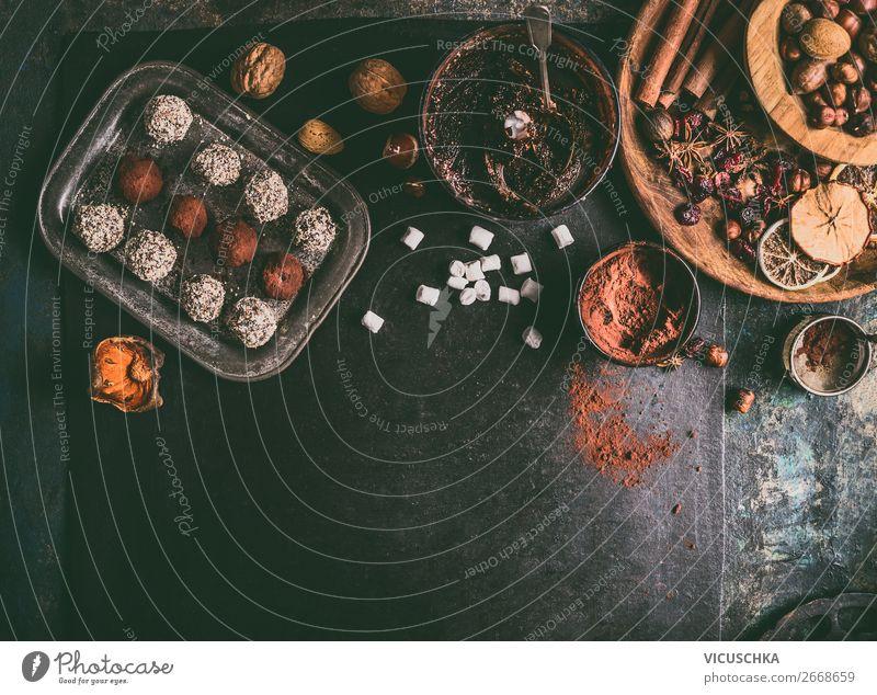 Trüffel Pralinen mit Zutaten auf dem Tisch Lebensmittel Dessert Süßwaren Schokolade Kräuter & Gewürze Ernährung Festessen Geschirr Stil Design Gesunde Ernährung
