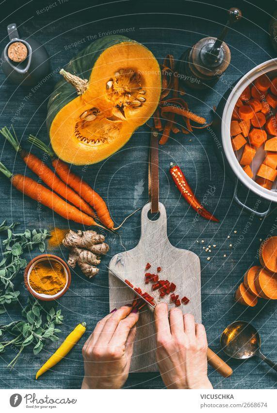 Weibliche Hände schneiden Gemüse für Kürbissuppe Frau Gesunde Ernährung Hand Lebensmittel Erwachsene Stil orange Design Tisch Küche Kräuter & Gewürze