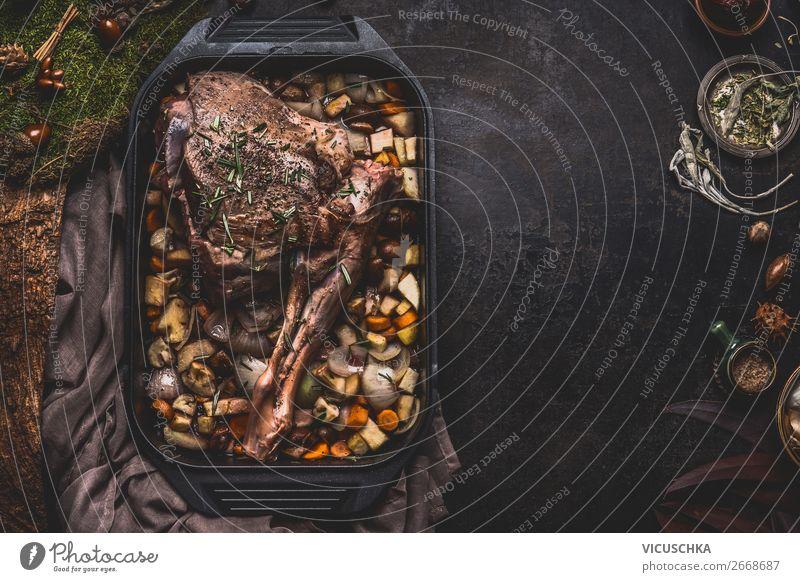 Zubereitung von Wildbraten Lebensmittel Fleisch Ernährung Festessen Geschirr Design Küche Restaurant Weihnachten & Advent Hintergrundbild Essen zubereiten