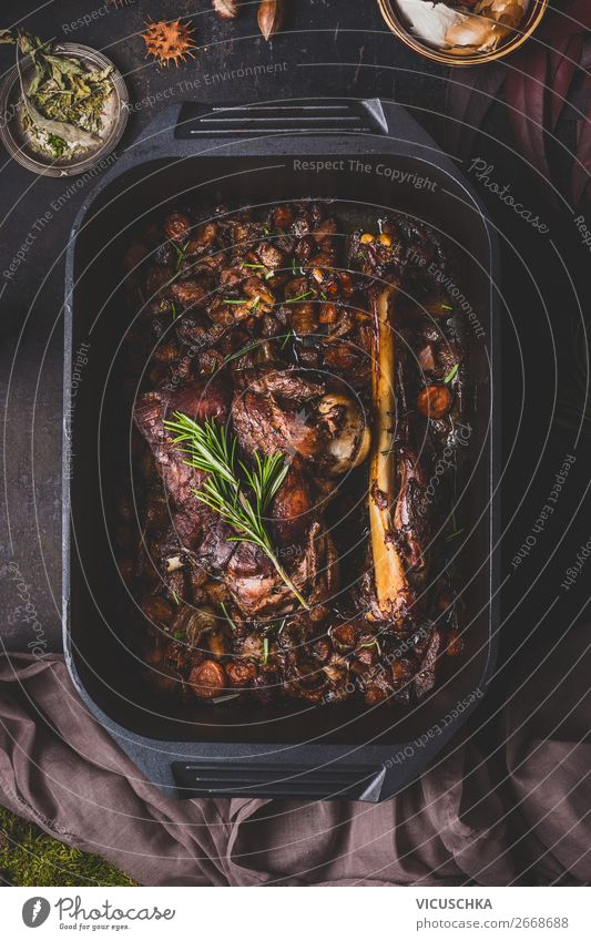 Langsam gekochter Hirschbraten in Gusseisenpfanne Lebensmittel Fleisch Kräuter & Gewürze Ernährung Abendessen Festessen Bioprodukte Geschirr Stil Design