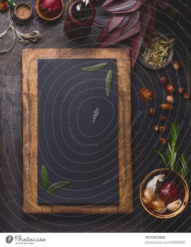 Leere Tafel im Holzrahmen mit Kochzutaten Lebensmittel Kräuter & Gewürze Ernährung Geschirr kaufen Stil Design Gesunde Ernährung Hintergrundbild