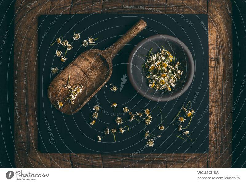 Getrocknete Kamillenblüten und Holzschaufel Design schön Gesundheit Alternativmedizin Gesunde Ernährung Wellness Natur Pflanze Blüte Gesundheitswesen horizontal