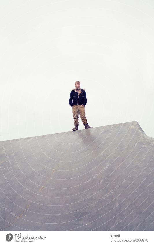 Gipfel maskulin Junger Mann Jugendliche 1 Mensch 18-30 Jahre Erwachsene Himmel Herbst Winter außergewöhnlich stehen Farbfoto Außenaufnahme Textfreiraum oben