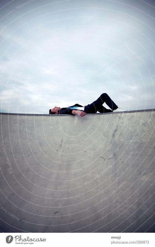 Grat-liegen maskulin Junger Mann Jugendliche 1 Mensch 18-30 Jahre Erwachsene Himmel Wolken außergewöhnlich Coolness dunkel trendy Beton Betonwand Betonplatte