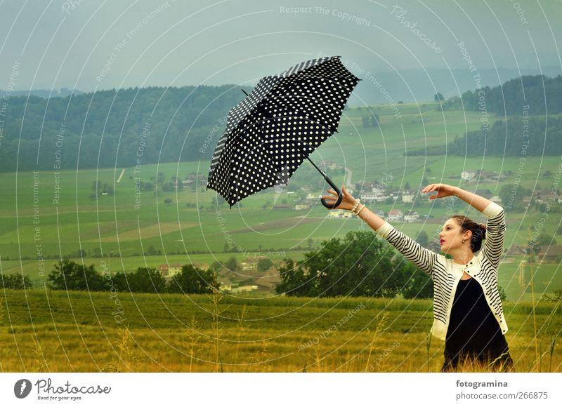 lernen loszulassen Mensch Himmel Jugendliche Wiese feminin Frühling Junge Frau Luft Wind 13-18 Jahre Regenschirm Vergangenheit Sturm Lebensfreude brünett Liebeskummer