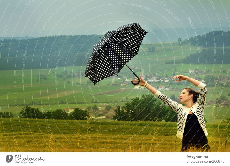 lernen loszulassen Mensch Himmel Jugendliche Wiese feminin Frühling Junge Frau Luft Wind 13-18 Jahre Regenschirm Vergangenheit Sturm Lebensfreude brünett