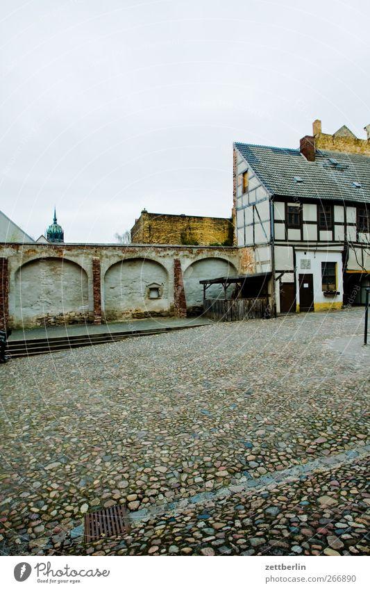 Cranach Sightseeing Städtereise Haus Traumhaus Kunst Kultur Kleinstadt Stadtzentrum Altstadt Menschenleer Mauer Wand Fenster Sehenswürdigkeit alt historisch