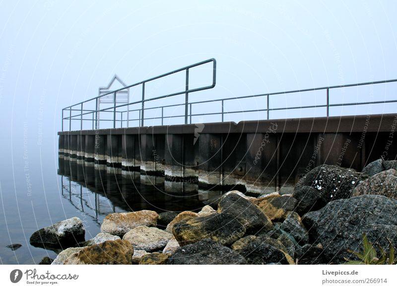 da Steg Wasser Landschaft Herbst grau Stein See Metall Nebel Seeufer Anlegestelle