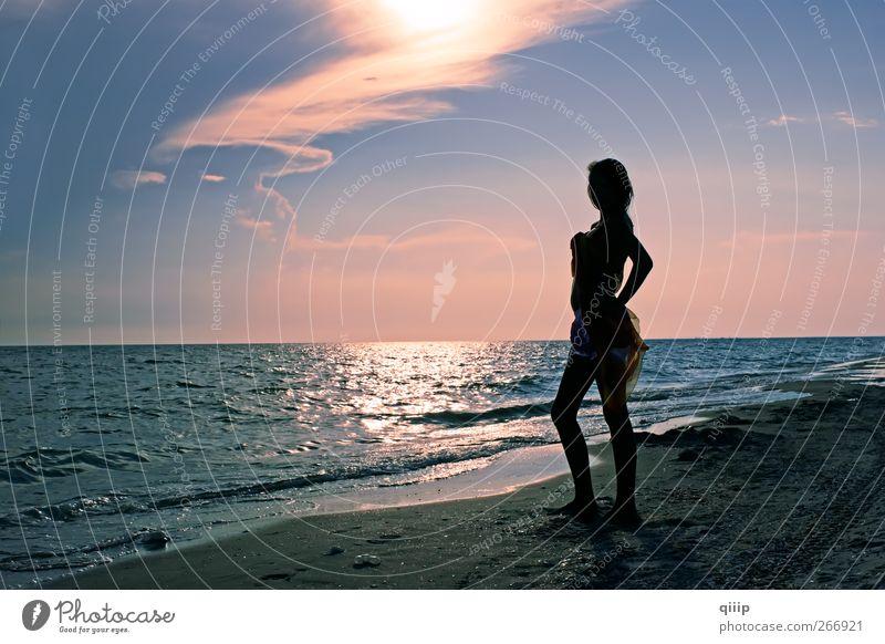 Frau Himmel Natur Jugendliche blau Ferien & Urlaub & Reisen Sommer Meer Strand Farbe Einsamkeit Wolken Erwachsene Erholung Landschaft Küste