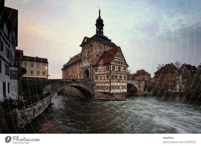 tosende Wasser Stadt Altstadt Menschenleer Haus Rathaus Brücke Bauwerk Architektur Mauer Wand Sehenswürdigkeit Wahrzeichen dunkel strömen Beleuchtung Fluss