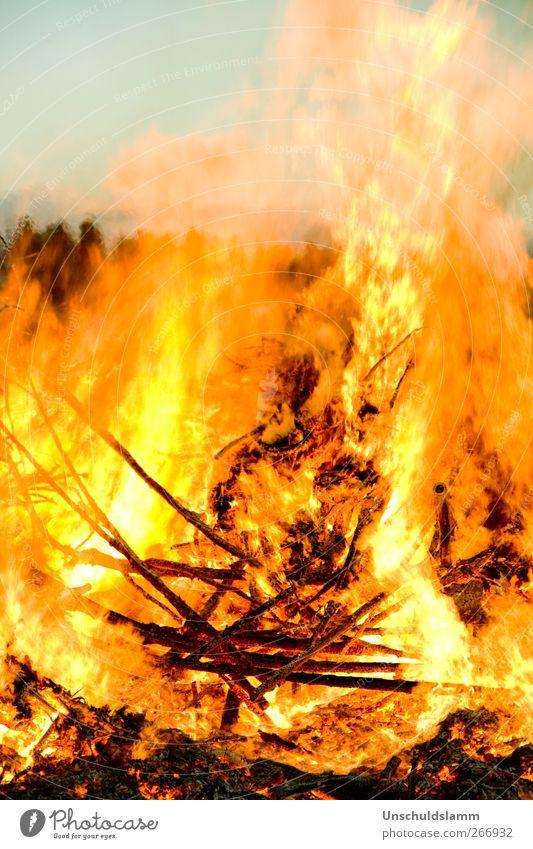 Komm.... ich wärm Dich! Feste & Feiern Urelemente Feuer Holz Rauch leuchten bedrohlich gigantisch groß heiß blau gelb rot Stimmung Kraft Tatkraft Warmherzigkeit