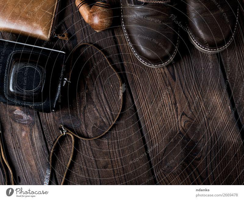 Schuhe und eine alte Vintage-Kamera in einem Koffer. Stil Design Fotokamera Mode Bekleidung Leder Accessoire Holz kaufen retro braun schwarz elegant Konsistenz