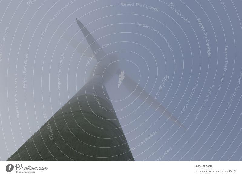 Windrad im Nebel Technik & Technologie Energiewirtschaft Erneuerbare Energie Windkraftanlage Himmel Herbst blau grün ruhig stagnierend regenerativ Farbfoto