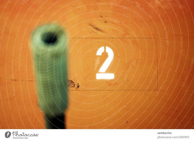 2 Ziffern & Zahlen Tiefenschärfe Röhren Eisenrohr Kanonen Loch Unschärfe Wand Schablonenschrift Schriftzeichen Typographie