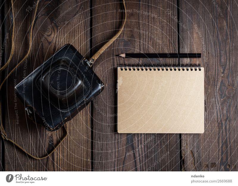 alt dunkel schwarz Holz Textfreiraum braun retro Technik & Technologie Tisch Fotografie Papier Fotokamera analog Entwurf antik Linse