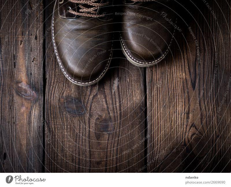 Paar braune Lederschuhe Stil Design Mann Erwachsene Fuß Mode Schuhe Stiefel Holz alt dreckig Spitze Holzplatte altehrwürdig verwendet zwei Farbfoto