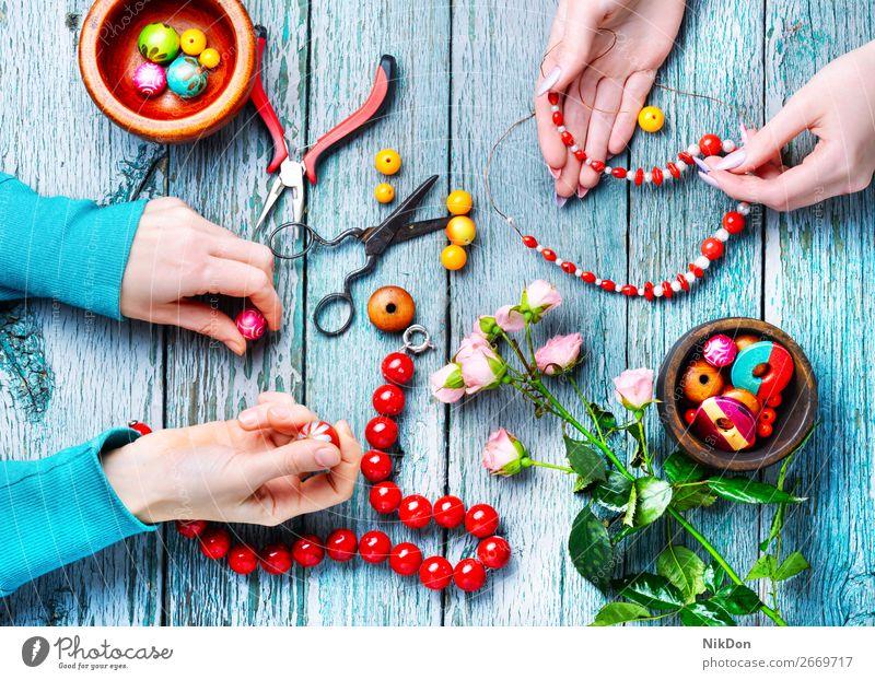 Herstellung von Halsketten aus farbigen Perlen Wulst Hände Dekoration & Verzierung Menschen Handwerk handgefertigt Accessoire Sicken Mode farbenfroh Design