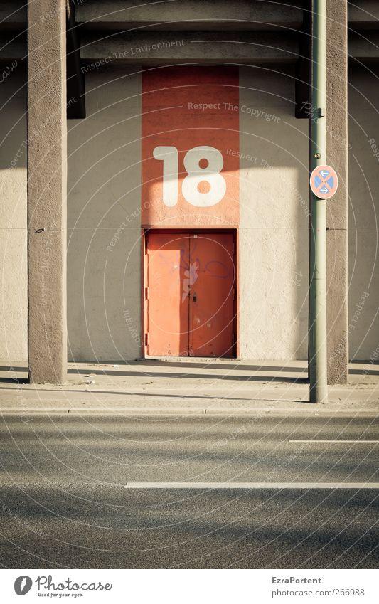 gerahmte 18 Tourismus Sonne Schönes Wetter Stadt Menschenleer Haus Architektur Mauer Wand Fassade Verkehrswege Straße Verkehrszeichen Verkehrsschild Zeichen