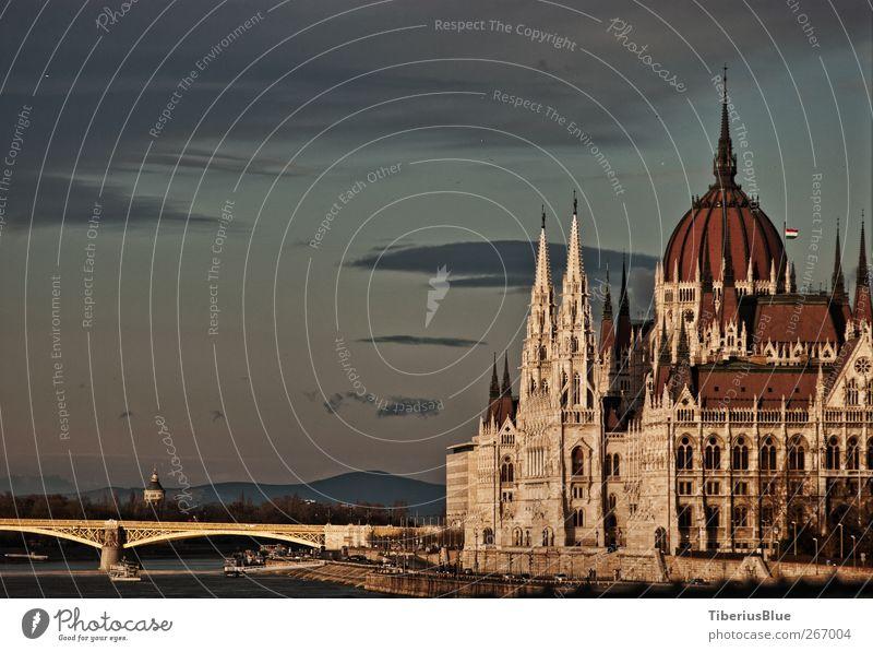 Budapester Parlament von der Kettenbrücke alt ruhig Wärme Architektur Gebäude Brücke Warmherzigkeit Romantik Bauwerk Gelassenheit Denkmal Wahrzeichen