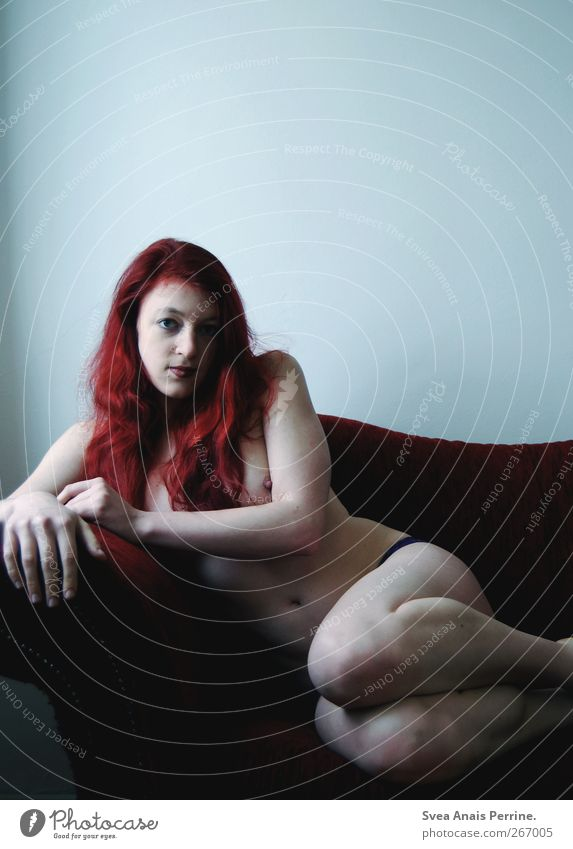 indirekt.direkt. Mensch Jugendliche Erwachsene feminin Haare & Frisuren Beine Körper Junge Frau sitzen Haut 18-30 Jahre Frauenbrust Sofa dünn Bauch direkt