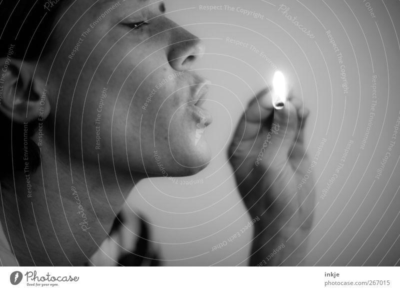 der letzte löscht das Licht! Freizeit & Hobby Frau Erwachsene Leben Gesicht Hand 1 Mensch 30-45 Jahre Feuer Streichholz beobachten festhalten dunkel heiß hell