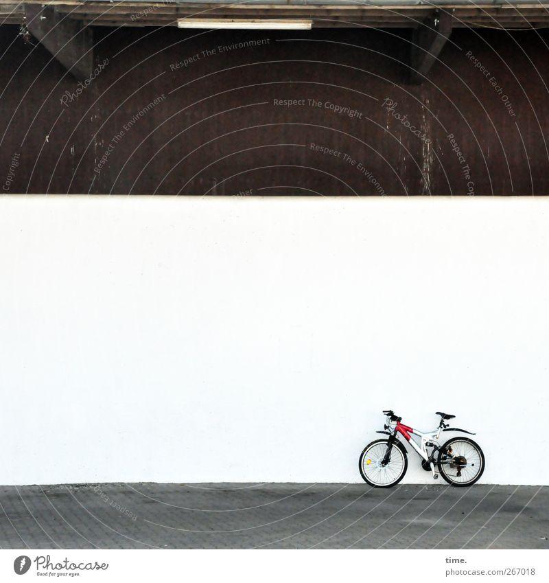 4eyes | Rennstall Fahrrad Bauwerk Gebäude Halle Mauer Wand Fassade stehen eckig hell modern Motivation fahrbereit Farbfoto Gedeckte Farben Außenaufnahme