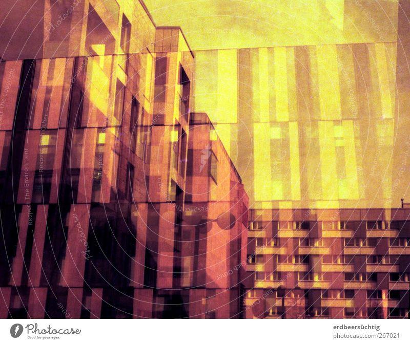 rote Psycho-Wohnschachteln Stadt Haus gelb Fenster Architektur Gebäude Linie Fassade Beton ästhetisch Häusliches Leben trist retro Balkon Kasten